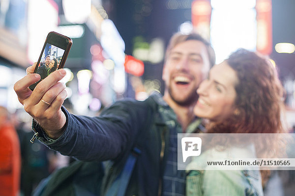 Junges Paar  das sich am Times Square  New York City  New York  USA  niederlässt.