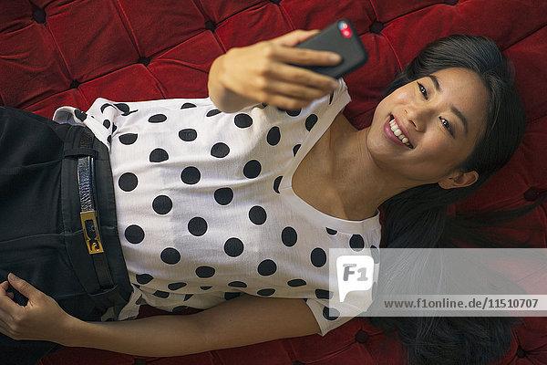 Junge Frau nimmt Selfie