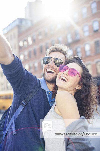 Paar posiert für einen Selfie