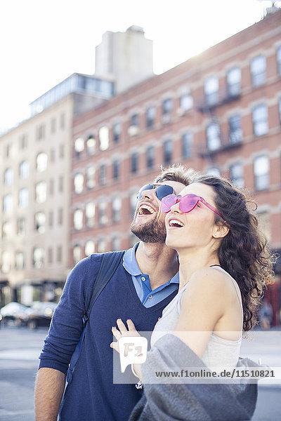 Paar Sightseeing in der Stadt