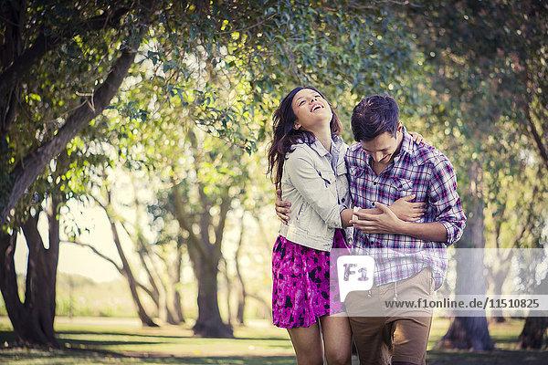 Paar genießt Spaziergang im Park