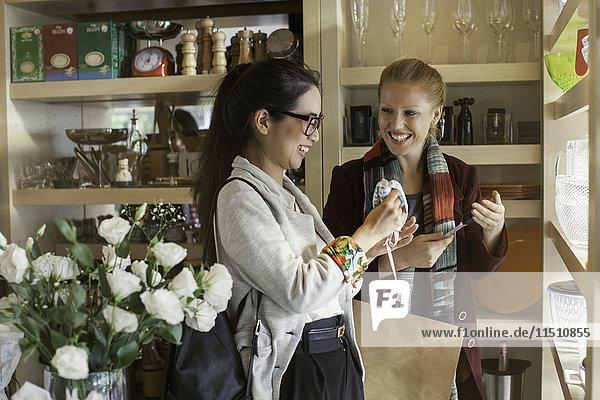 Frauen beim gemeinsamen Einkauf