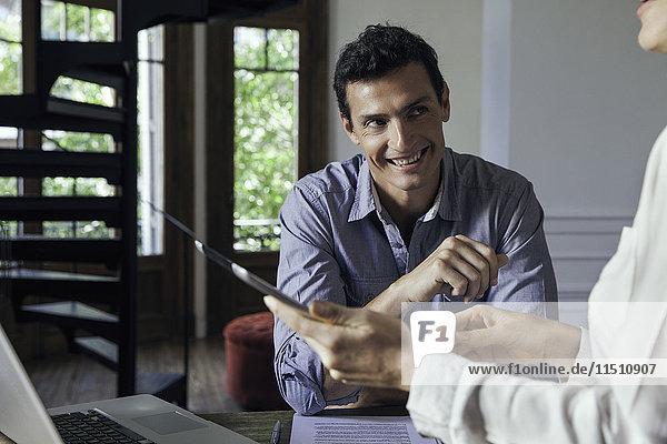 Mann lächelt beim Treffen mit Kollegen