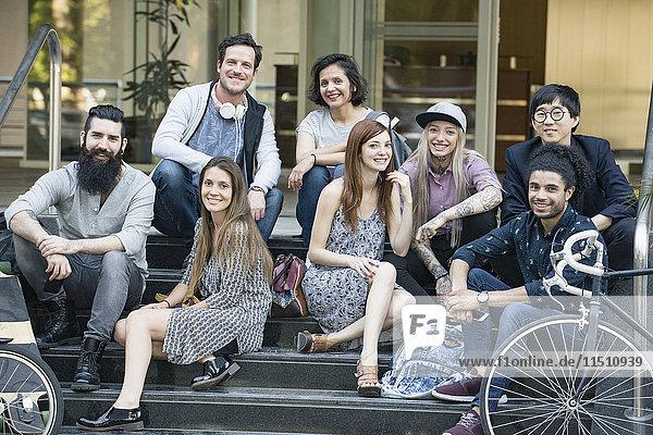 Gruppe von kreativen Kollegen  die zusammen im Freien sitzen