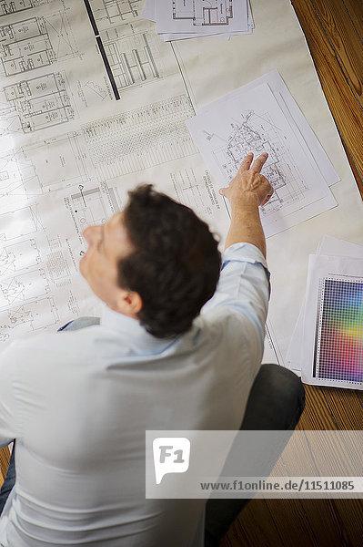 Architekt beim Betrachten des Bauplans
