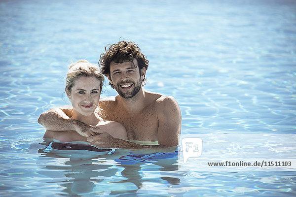 Paar entspannt zusammen im Pool  Portrait