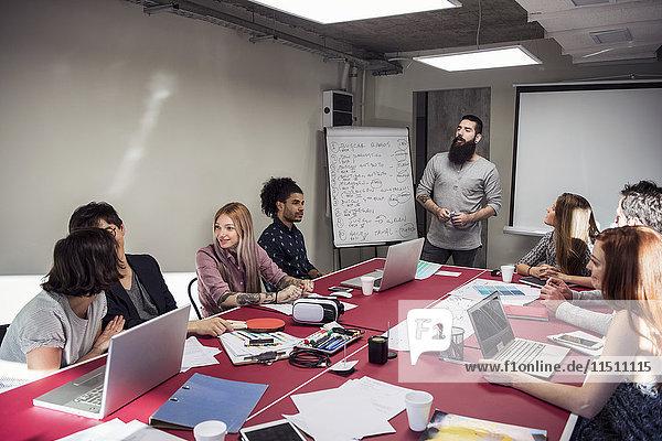 Brainstorming der Kollegen im Meeting