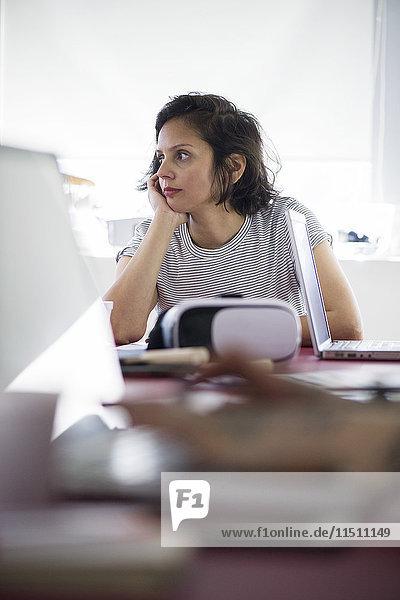 Frau  die bei der Arbeit gelangweilt aussieht