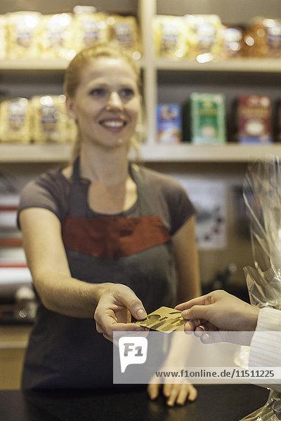 Käufer bezahlt den Kauf mit Kreditkarte