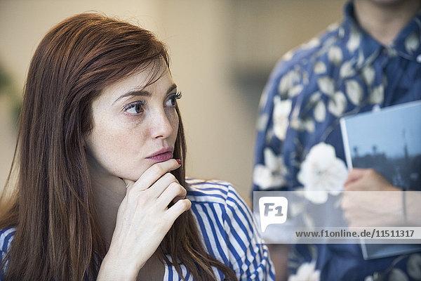 Geschäftsfrau beim Zuhören während der Besprechung
