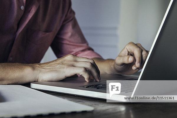 Mann mit Laptop-Computer  beschnitten
