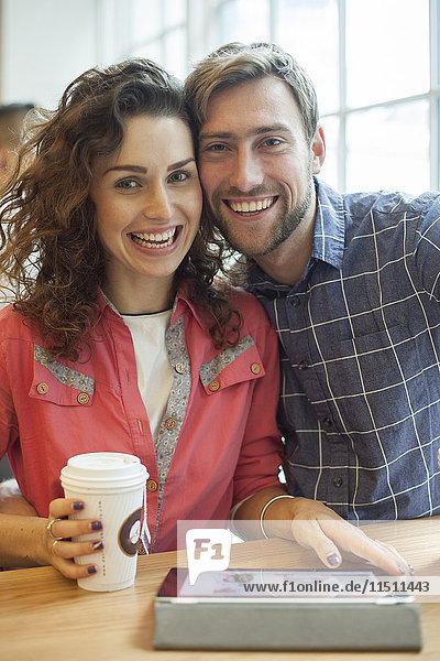 Paar mit digitalem Tablett im Cafe  Portrait