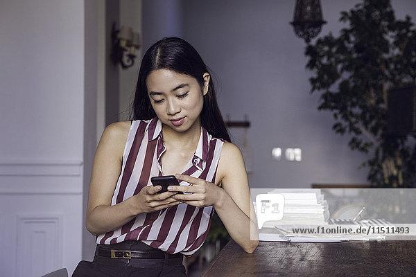 Textnachrichten für Frauen mit Smartphone