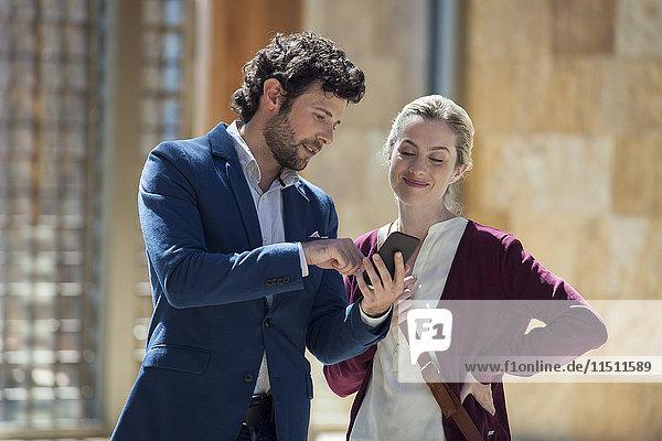 Paar betrachtet Multimedia-Smartphone