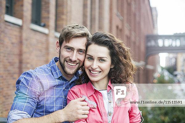 Paar lächelt im Freien,  Portrait