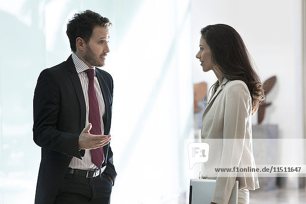 Geschäftsfreunde im Gespräch im Büro