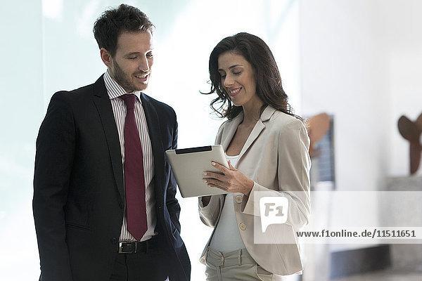 Geschäftspartner bei der Zusammenarbeit mit digitalen Tabletts