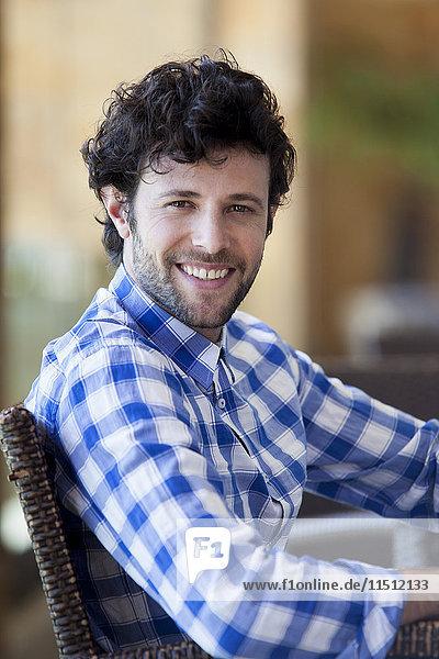 Mann lächelt fröhlich  Porträt