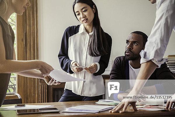 Innenarchitektin in Zusammenarbeit mit Kunden