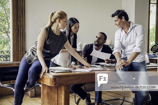 Kolleginnen und Kollegen arbeiten zusammen im Gelegenheitsbüro