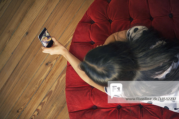 Frau nimmt Selfie mit Smartphone