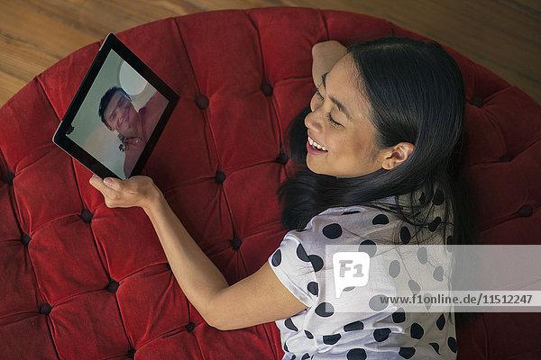 Frau Videokonferenz mit Freund auf digitalem Tablett
