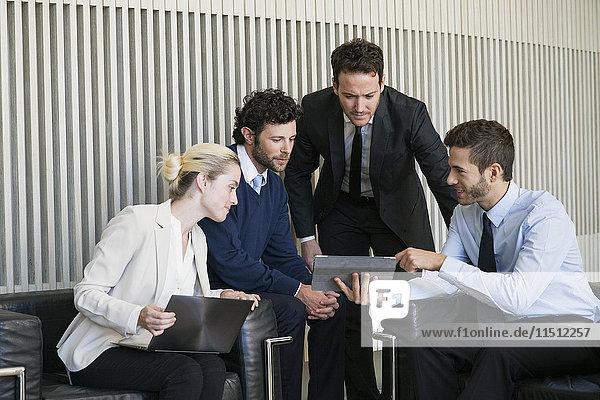 Mitglieder des Geschäftsteams bei der Zusammenarbeit