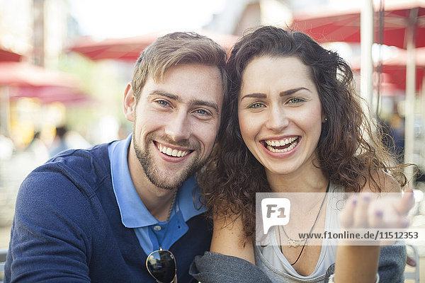 Junges Paar lacht gemeinsam im Freien  Porträt