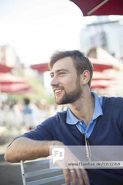 Mann entspannt sich im Outdoor-Café
