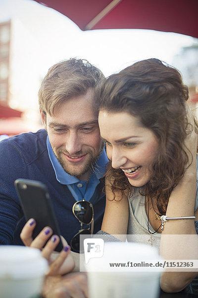 Paar betrachtet Multimedia-Smartphone zusammen