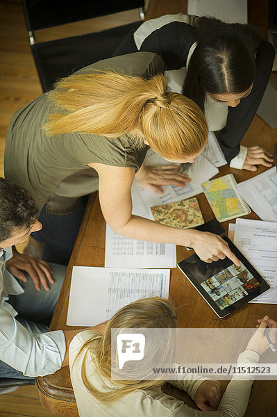 Geschäftspartner mit digitalem Tablett während der Besprechung