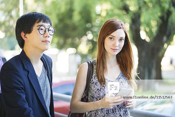 Frau geht mit Freundin auf die Straße