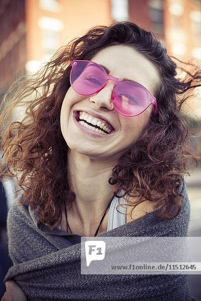 Frau mit rosa Sonnenbrille  lachend  Portrait