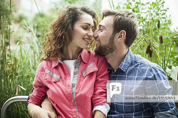 Junges Paar kuschelt im Freien