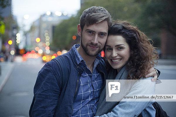 Paar auf der Stadtstraße am Abend  Portrait