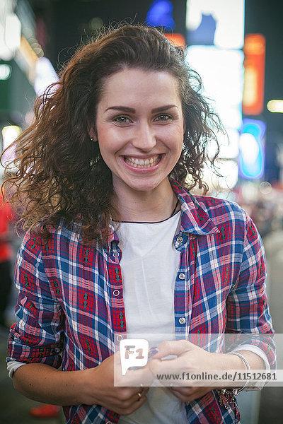 Junge Frau am Times Square  New York City  New York  USA