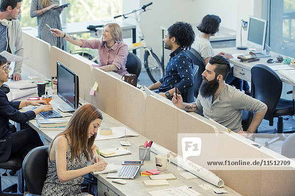 Professionelle Zusammenarbeit in gemeinsamen Büroräumen