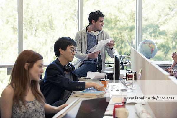 Fachleute  die in einem gemeinsamen Büro arbeiten