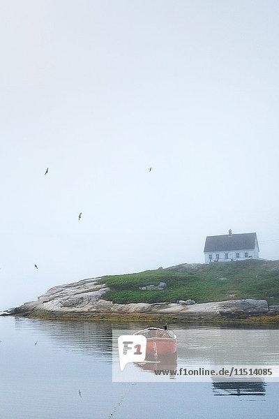 Leeres Ruderboot auf dem Wasser  Peggy's Cove  Nova Scotia  Kanada