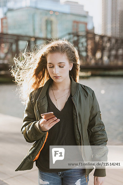 Junge Frau benutzt Mobiltelefon in der Stadt  Boston  Massachusetts  USA