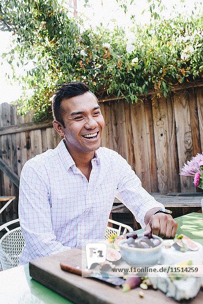 Mann lächelt auf Gartenparty