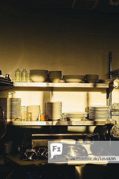 Aufgeräumte und saubere Großküche