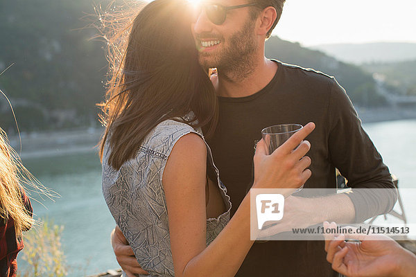 Romantisches junges Paar auf Dachterrassen-Party am Wasser  Budapest  Ungarn