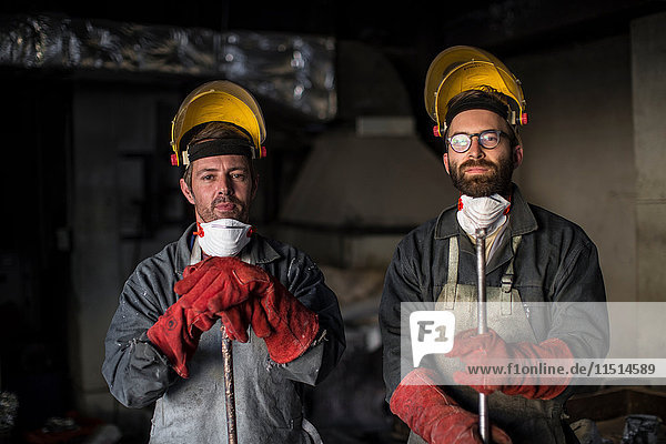 Porträt von Metallarbeitern in der Gießerei