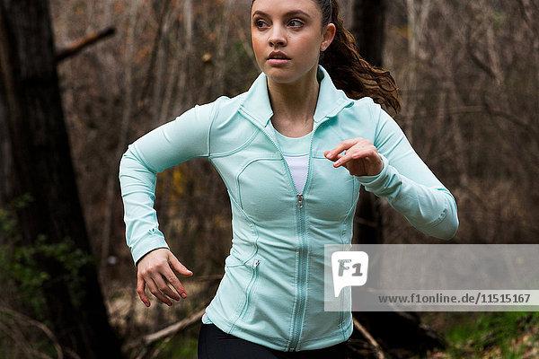 Junge Frau beim Sport  Laufen  im Freien