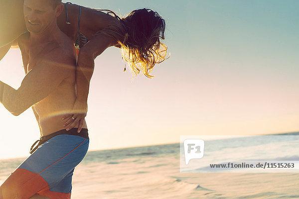 Mann trägt Freundin über die Schultern in Newport Beach  Kalifornien  USA