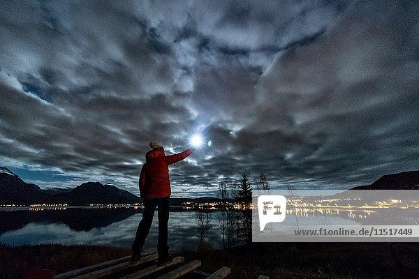 Frau mit Fackel bei Tromso im Herbst  Arktis Norwegen