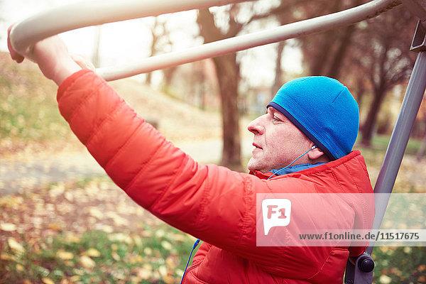Erwachsener Mann  im Freien  Bewegung im städtischen Fitnessstudio