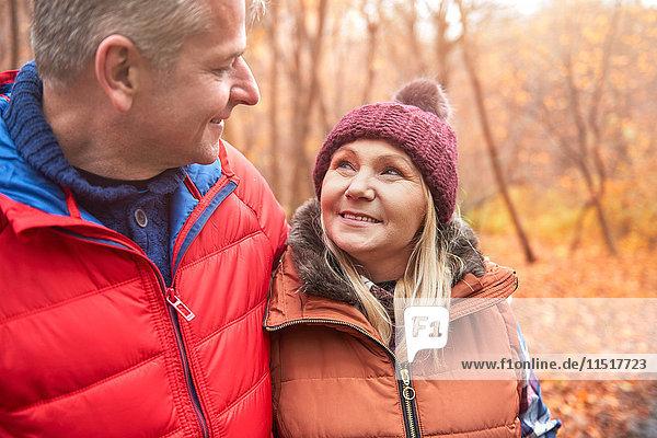 Ausgewachsenes Paar beim Spaziergang im Freien  im Herbst