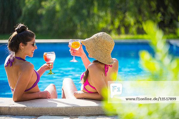 Frauen im Schwimmbad bei einem Drink